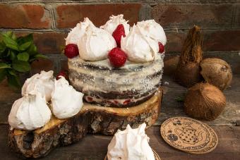 https://cf.ltkcdn.net/cake-decorating/images/slide/232410-850x567-chocolate-cake-with-meringue.jpg
