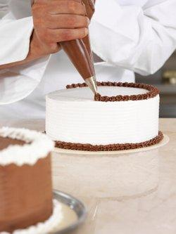 Piping borders with buttercream