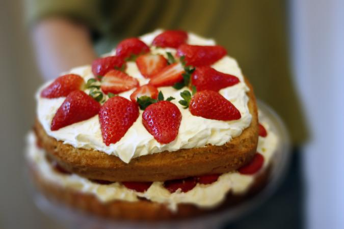 Two-layer Strawberry Sponge Cake