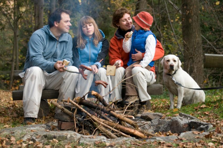 https://cf.ltkcdn.net/camping/images/slide/123105-850x563-family.jpg