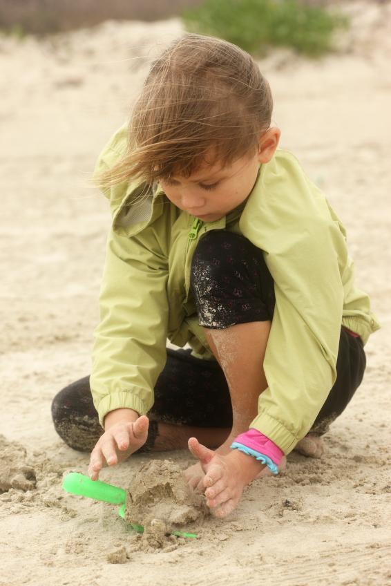 https://cf.ltkcdn.net/camping/images/slide/123107-566x848-beach_sandcastle.jpg