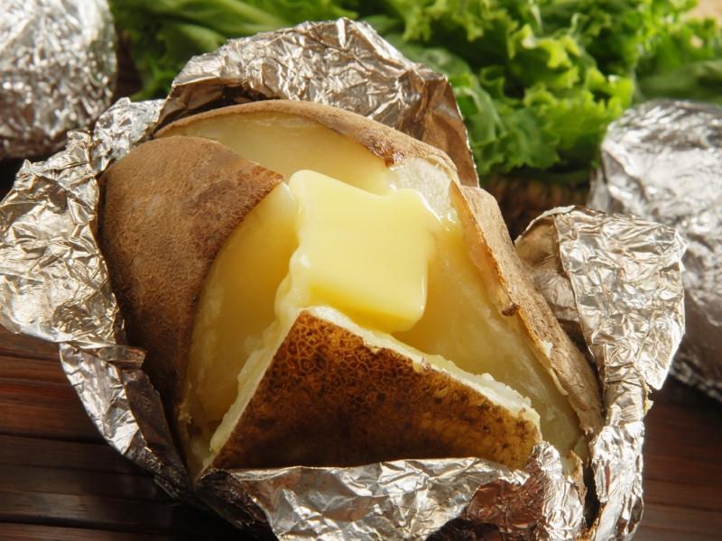 https://cf.ltkcdn.net/camping/images/slide/123251-800x600-baked_potato.JPG