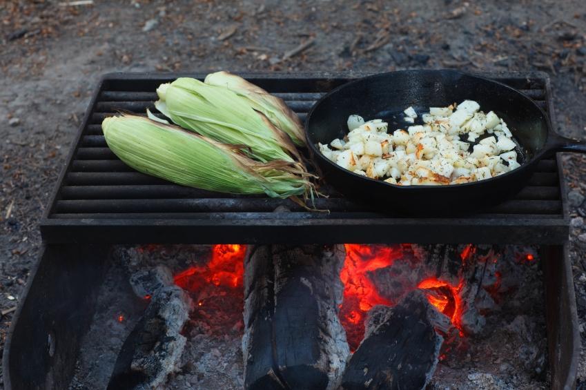 https://cf.ltkcdn.net/camping/images/slide/123264-849x565-corn_potatoes_campfire.JPG