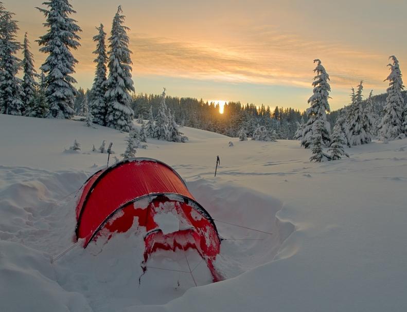https://cf.ltkcdn.net/camping/images/slide/123307-791x607-snow_camping.JPG