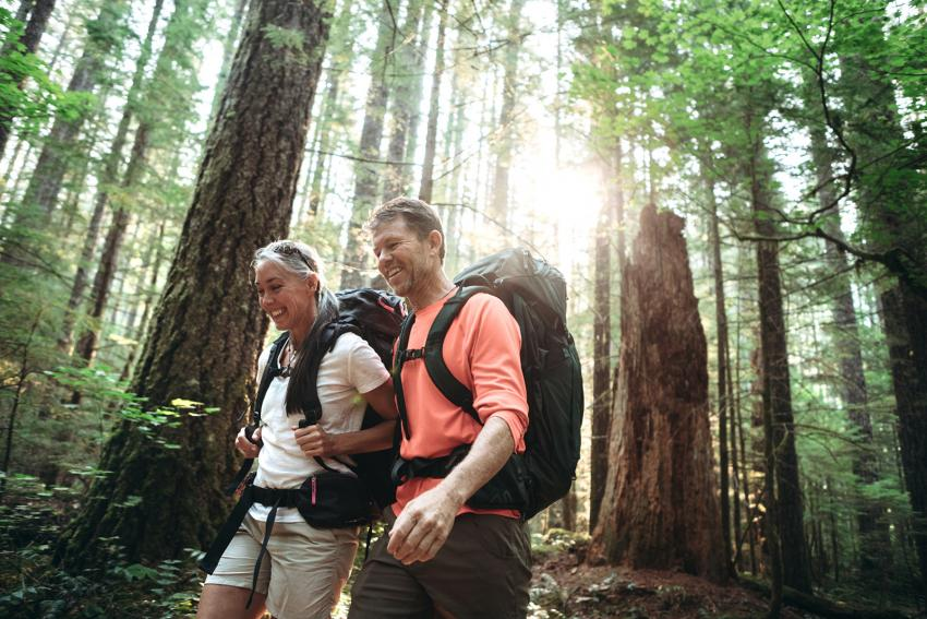 https://cf.ltkcdn.net/camping/images/slide/245621-850x567-couple-hiking-washington-state-trail.jpg