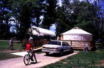 https://cf.ltkcdn.net/camping/images/slide/123043-530x350-YurtatPymatuningStatePark.jpg
