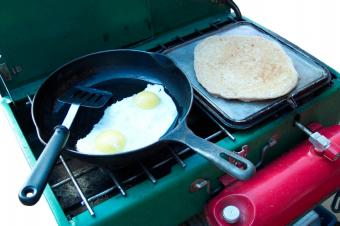 https://cf.ltkcdn.net/camping/images/slide/123182-849x565-pancakesandeggs.jpg