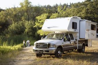 https://cf.ltkcdn.net/camping/images/slide/123200-400x266-truck_camper_slideout-%28400-x-266%29.jpg