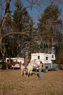 https://cf.ltkcdn.net/camping/images/slide/123201-264x396-truck_camper_w_horses-%28264-x-396%29.jpg