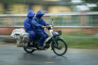 https://cf.ltkcdn.net/camping/images/slide/123232-850x565-bike_rain_gear.jpg