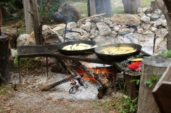https://cf.ltkcdn.net/camping/images/slide/123245-850x561-camfire_cooking.JPG