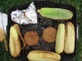 https://cf.ltkcdn.net/camping/images/slide/123247-800x600-corn_on_the_cob.JPG