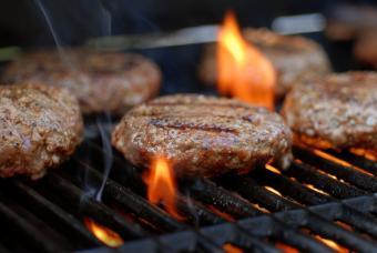 https://cf.ltkcdn.net/camping/images/slide/123258-847x567-grilled_burger.JPG