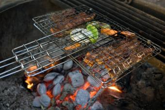 https://cf.ltkcdn.net/camping/images/slide/123272-850x565-campfire_grill_basket.JPG