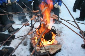 https://cf.ltkcdn.net/camping/images/slide/123305-849x565-winter_camping_hot_dogs.JPG