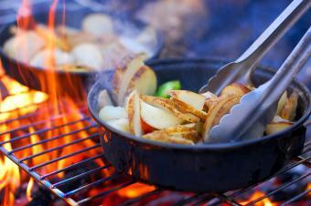 https://cf.ltkcdn.net/camping/images/slide/167236-600x399-campfire-cooking.jpg