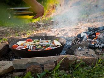 https://cf.ltkcdn.net/camping/images/slide/167244-600x450-skillet.jpg