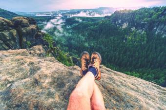 https://cf.ltkcdn.net/camping/images/slide/245768-850x566-man-wearing-hiking-shoes.jpg