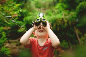 https://cf.ltkcdn.net/camping/images/slide/276095-850x567-boy-binoculars.jpg