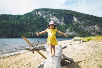 https://cf.ltkcdn.net/camping/images/slide/276108-850x567-girl-at-beach.jpg
