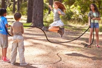 https://cf.ltkcdn.net/camping/images/slide/276124-850x567-jump-rope.jpg