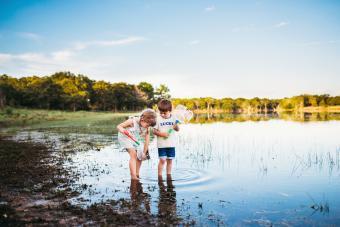 https://cf.ltkcdn.net/camping/images/slide/276126-850x566-kids-by-the-lake.jpg