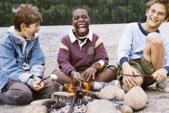 https://cf.ltkcdn.net/camping/images/slide/276130-850x567-toasting-marshmallows.jpg