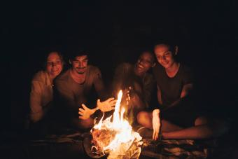 https://cf.ltkcdn.net/camping/images/slide/276137-850x566-backpacking-essentials-fire.jpg