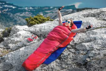 https://cf.ltkcdn.net/camping/images/slide/276147-850x566-backpacking-essentials-sleeping-bag.jpg