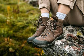 https://cf.ltkcdn.net/camping/images/slide/276148-850x566-backpacking-essentials-shoes.jpg