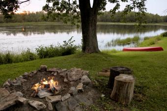https://cf.ltkcdn.net/camping/images/slide/276202-850x567-canoe-and-campfire.jpg