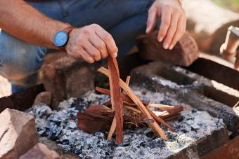 https://cf.ltkcdn.net/camping/images/slide/276206-850x567-making-fire.jpg