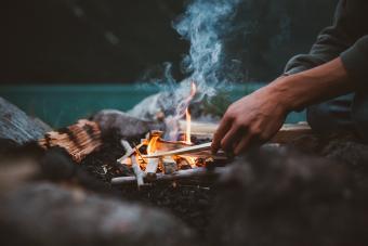 https://cf.ltkcdn.net/camping/images/slide/276212-850x567-starting-a-fire.jpg