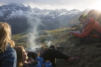 https://cf.ltkcdn.net/camping/images/slide/276215-850x567-enjoying-the-fire.jpg
