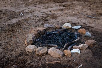 https://cf.ltkcdn.net/camping/images/slide/276216-850x567-extinguish-fire.jpg