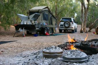 https://cf.ltkcdn.net/camping/images/slide/276417-850x566-pop-up-tent-camper-rustic.jpg