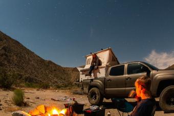 https://cf.ltkcdn.net/camping/images/slide/276418-850x566-pop-up-tent-camper-design.jpg