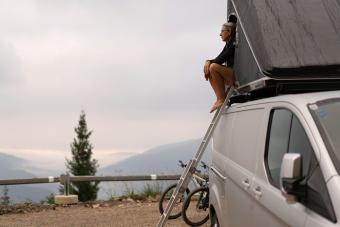 https://cf.ltkcdn.net/camping/images/slide/276419-850x566-pop-up-tent-camper-roof-top.jpg