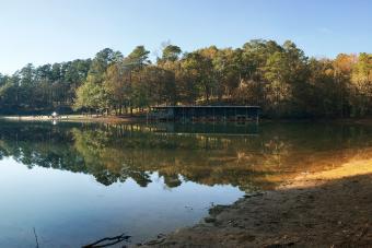https://cf.ltkcdn.net/camping/images/slide/276756-850x567-lake-in-cliffs-of-the-neuse.jpg