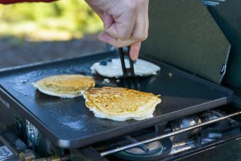https://cf.ltkcdn.net/camping/images/slide/276846-850x567-old-fashion-pancakes.jpg
