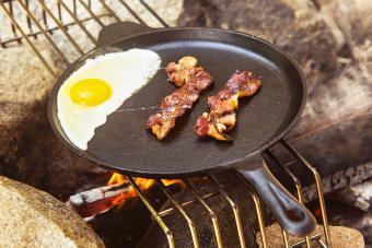 https://cf.ltkcdn.net/camping/images/slide/276847-850x567-egg-and-bacon.jpg