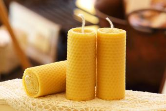 Candles with pattern in the shape of beeswax alveoli