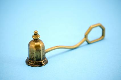 Bell-shaped candle snuffer