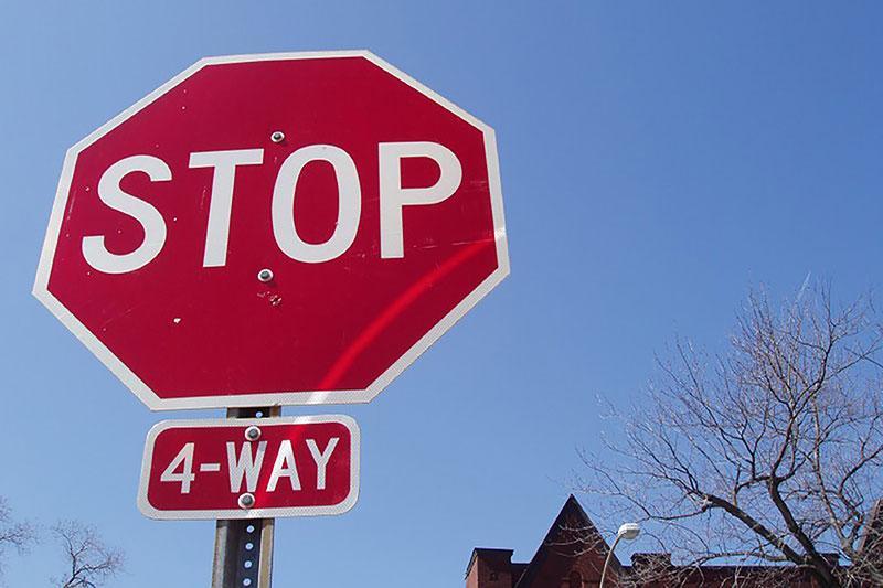 https://cf.ltkcdn.net/cars/images/slide/213357-800x533-Handling-4-Way-Intersections.jpg