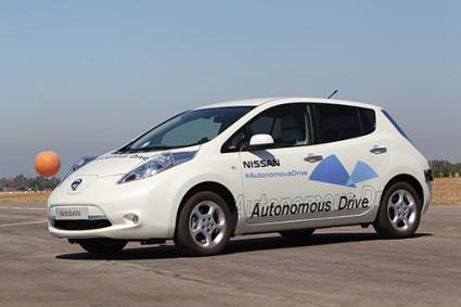 Nissan Leaf car with Autonomous Drive and Safety Shield Technology | © 2014 Nissan