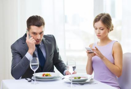 Couple preoccupied with phones; © Syda Productions | Dreamstime.com
