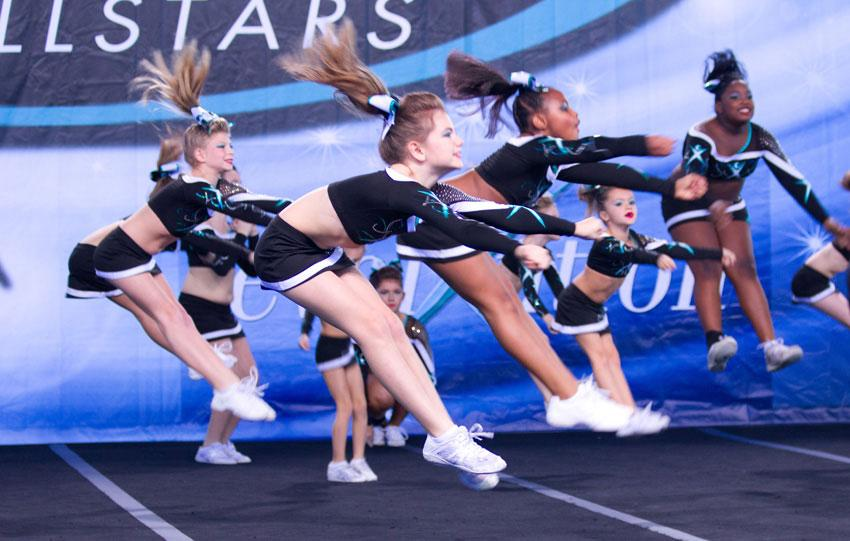 https://cf.ltkcdn.net/cheerleading/images/slide/174867-850x541-Pike-Cheerleading-Jump.jpg