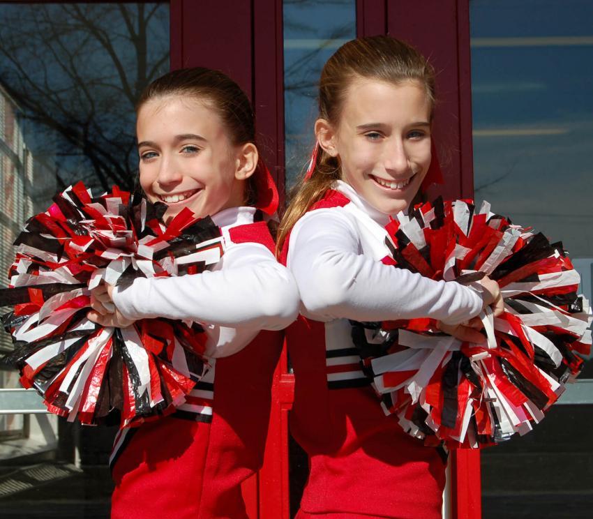 https://cf.ltkcdn.net/cheerleading/images/slide/252962-850x744-5-pictures-cheerleader-poses.jpg