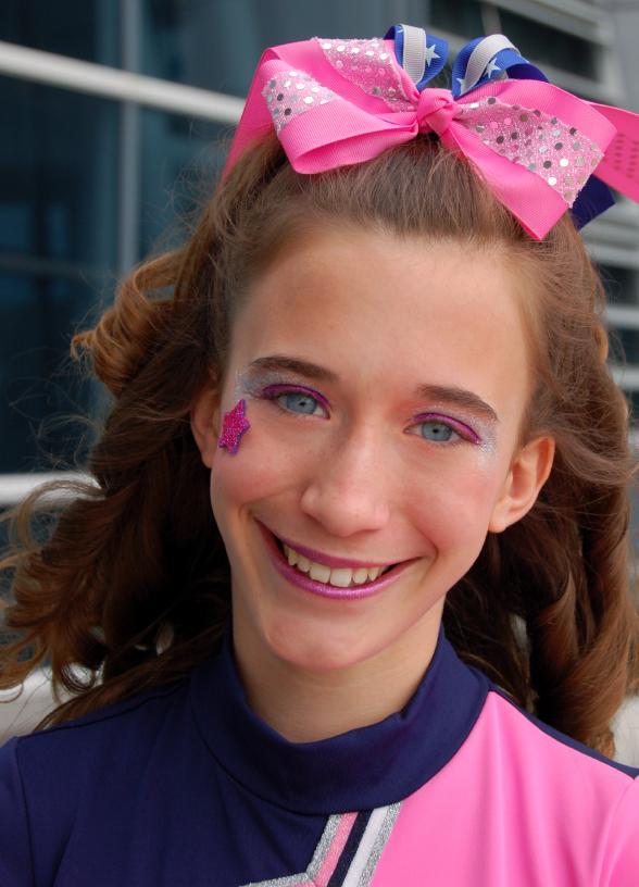 https://cf.ltkcdn.net/cheerleading/images/slide/51488-588x816-pink-bow-girl.jpg
