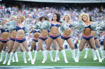 https://cf.ltkcdn.net/cheerleading/images/slide/145345-850x566r1-new-england-patriots-cheerleaders.jpg